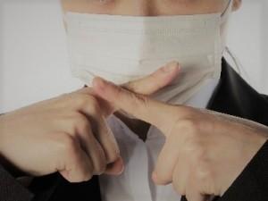 インフルエンザでマスクをする女性