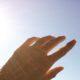 夏に手の甲に出来る湿疹は何?ぶつぶつとかゆみは薬と日焼け対策で回復を